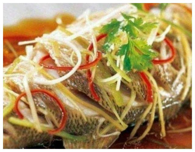 蒸鱼放胡椒粉,投入时间有讲究,放对了鱼肉没腥味,飘香味浓