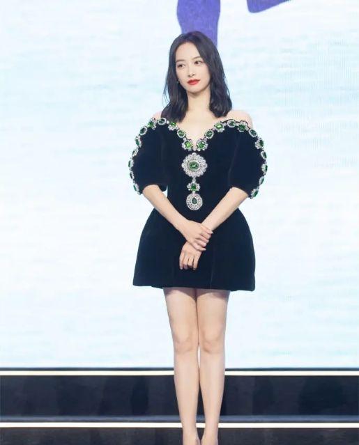 32岁宋茜走知性风 搭配黑色珠宝小礼服 优雅大方