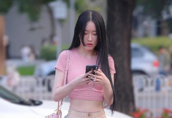 街拍:粉色修身T恤,腰缠纯银挂件, 尽显女生完美好身材