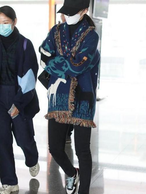 45岁蒋勤勤气质真好,穿民族风针织衫走机场,却意外美成风景线