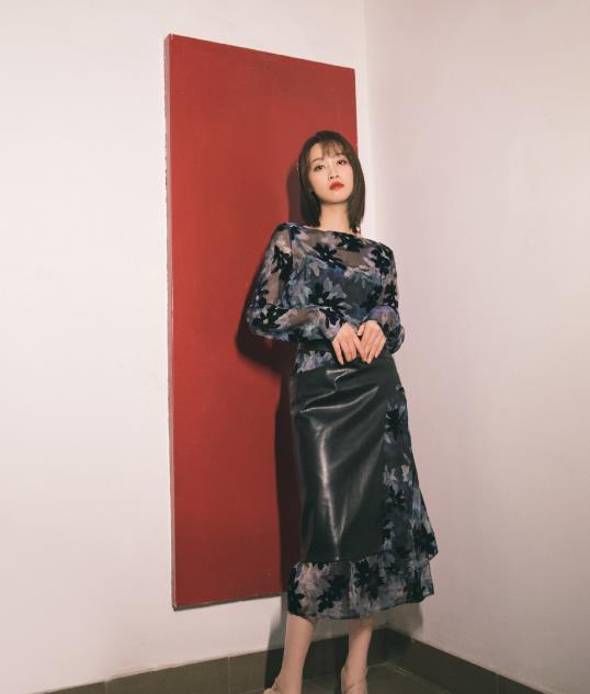 蓝盈莹实在太会了,普通皮裙装穿出质感,这个剪裁是认真的吗?