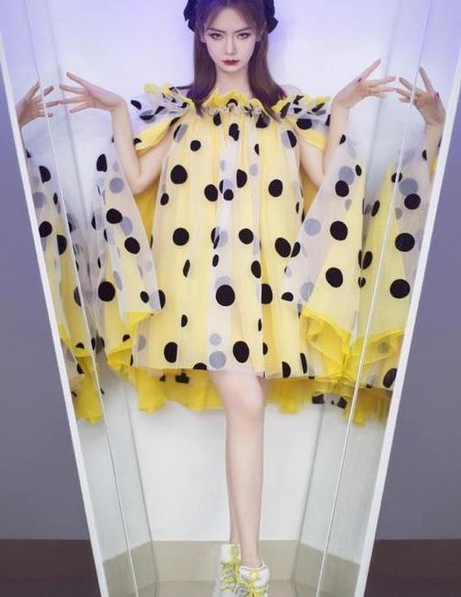 戚薇换造型气质大变,一袭波点裙似暗黑萝莉,又甜又酷超带感