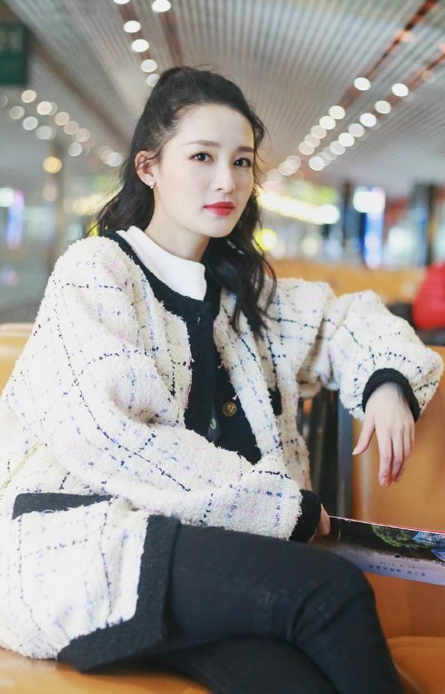组图:李沁现身机场一身穿着十分显瘦,青春活力,少女感满满