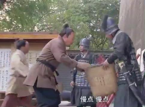 龙门飞甲:顾植夕被搜查,官兵打翻毒药瓶,雨化田及时赶来救走