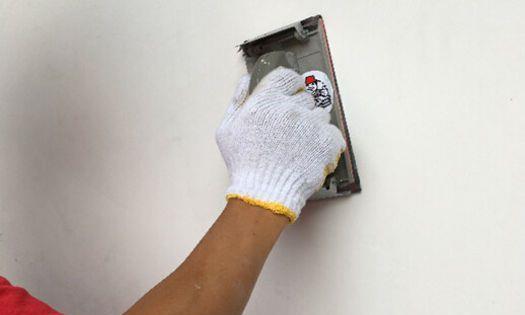 油漆工批腻子时询问房东将来贴墙纸还是喷乳胶漆,有什么猫腻吗?