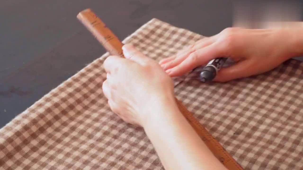 羊绒围巾不戴了折叠中间,剪1个正方形成品时尚漂亮