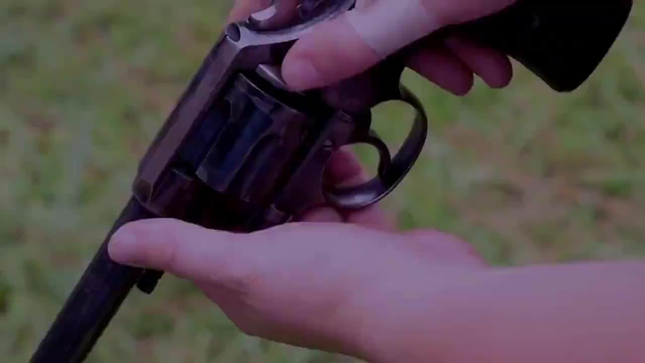 漂亮女子上手柯尔特M1909左轮手枪单手射击很帅气