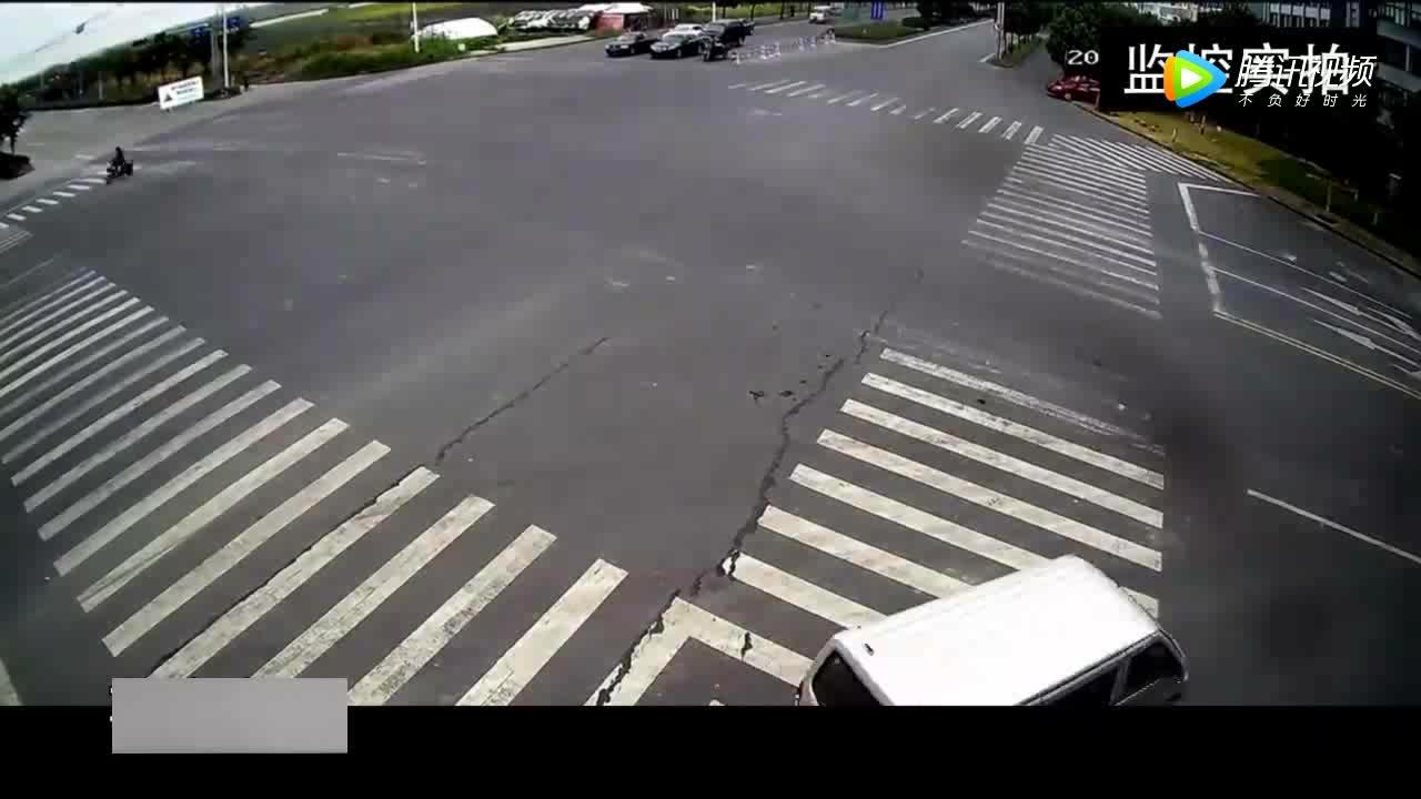 赶着去投胎说的就是这位摩托车司机吧瞬间被爆头