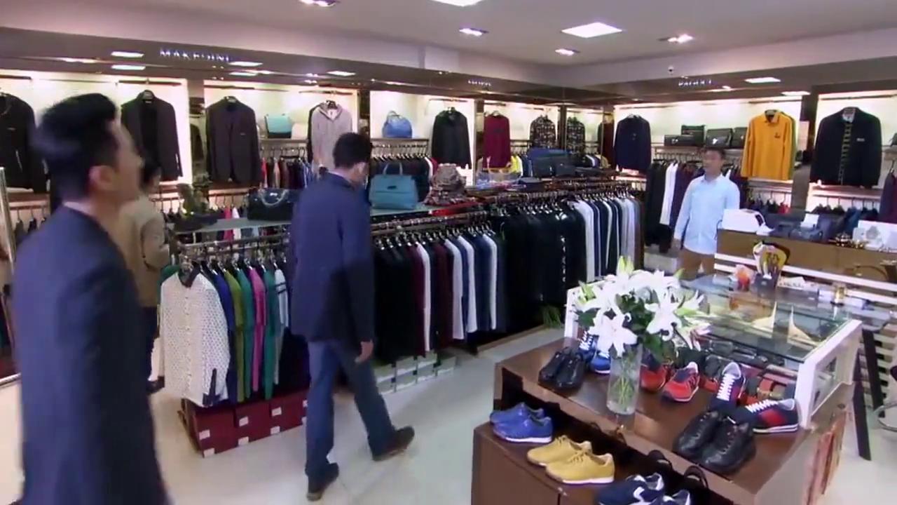 老总上名牌店买衣服,被店员嘲讽买不起像农民,最后买单时傻了!