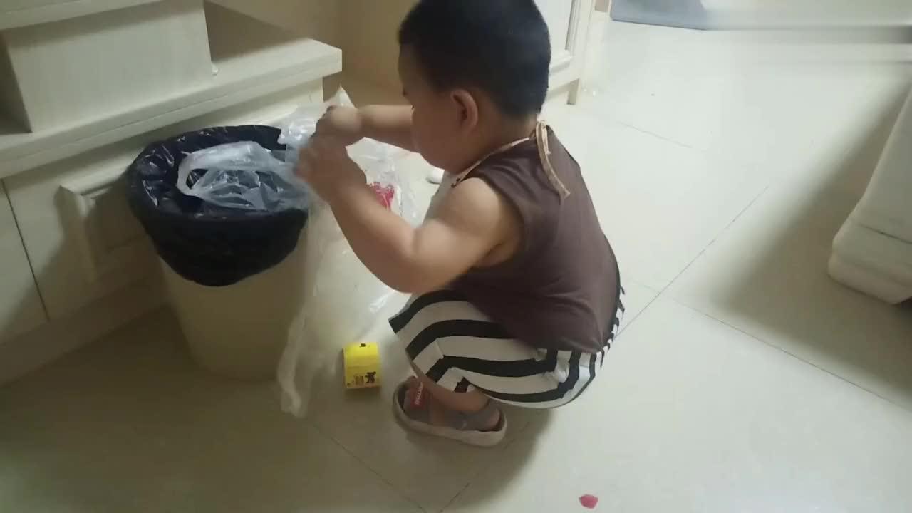 一岁半宝宝会套垃圾袋了?忙活了半天,最后却直接扔垃圾桶里了