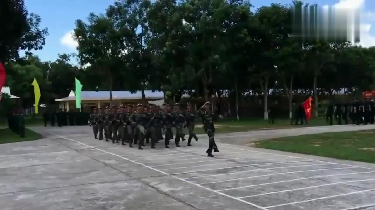 越南士兵正步训练 士兵脚上穿的有点像解放鞋