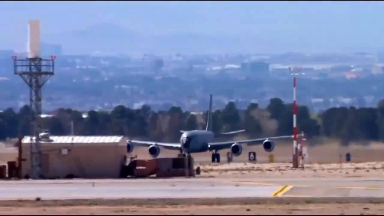 起飞的KC-135空中加油机和F-16战斗机