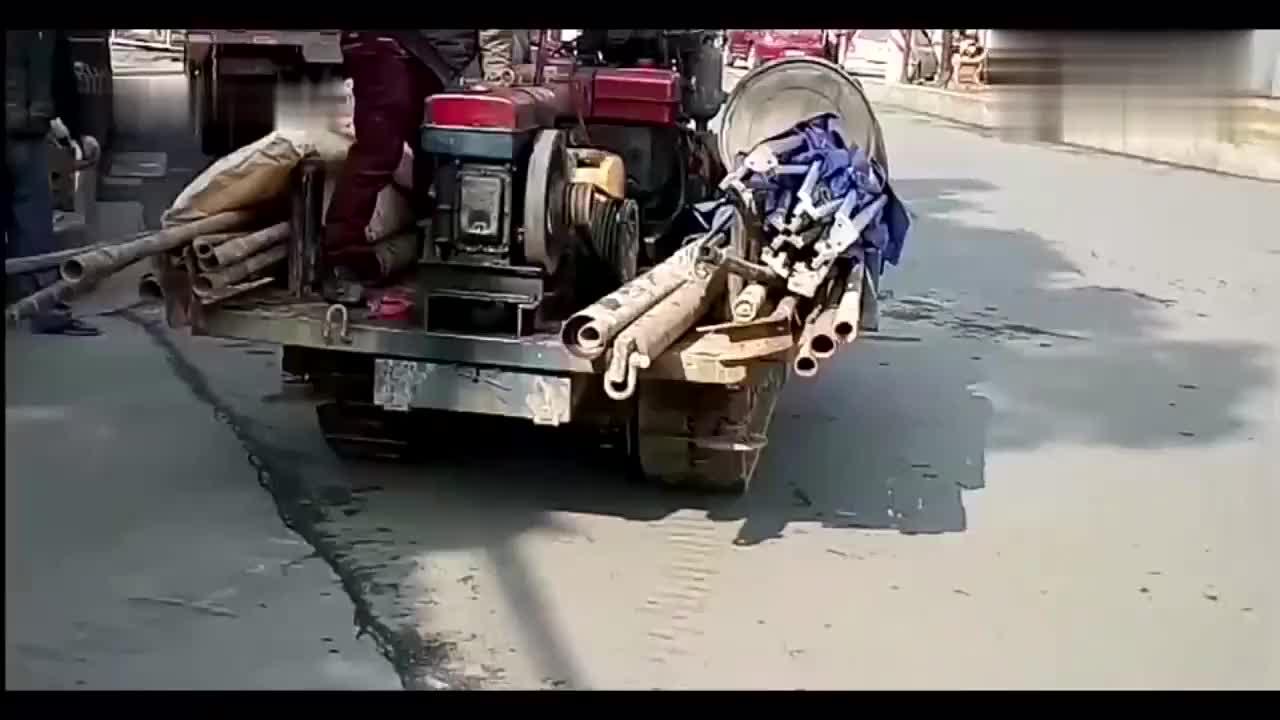 实拍牛人用柴油机自制不用方向盘的履带运输车,爬坡动力杠杠的!