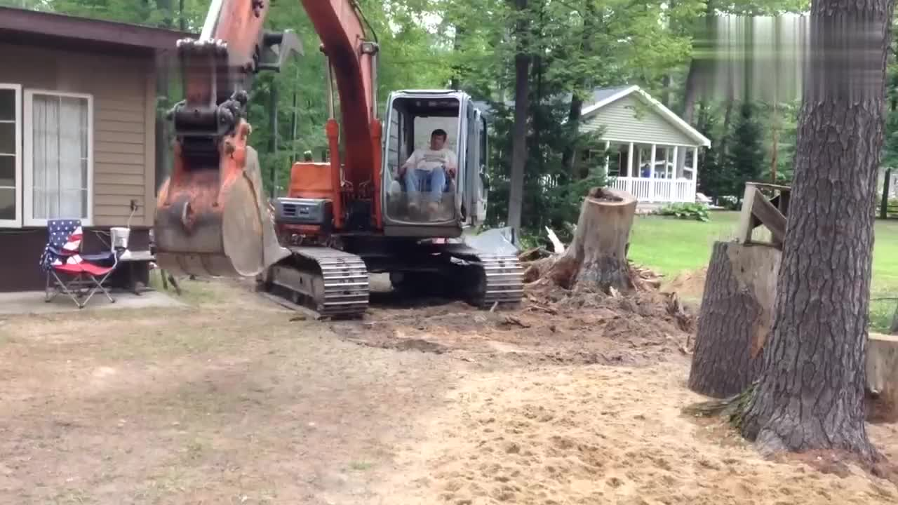 挖掘机挖树根,这效率胜过人力数十倍
