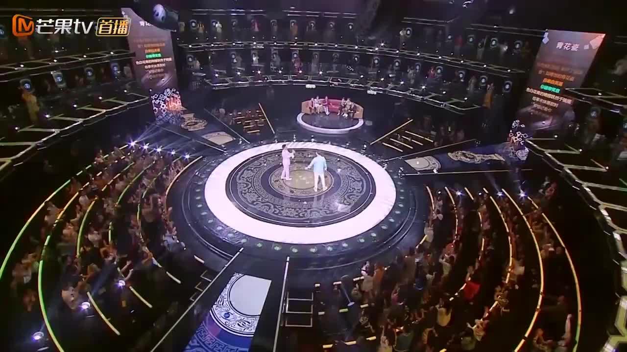 费玉清唱《青花瓷》,惊呆评委,周杰伦都不相信有比他唱得还好!