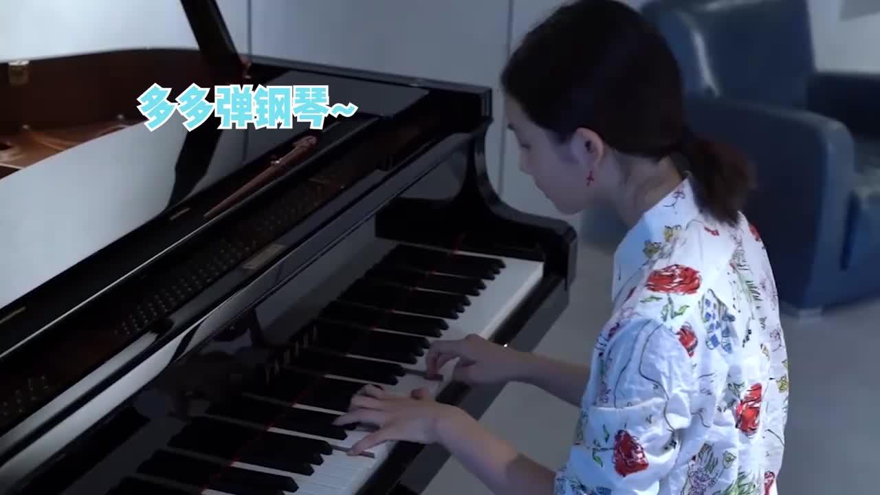 """黄磊晒多多弹钢琴:指尖在琴键上飞快跳跃,一副""""小钢琴家""""样子"""