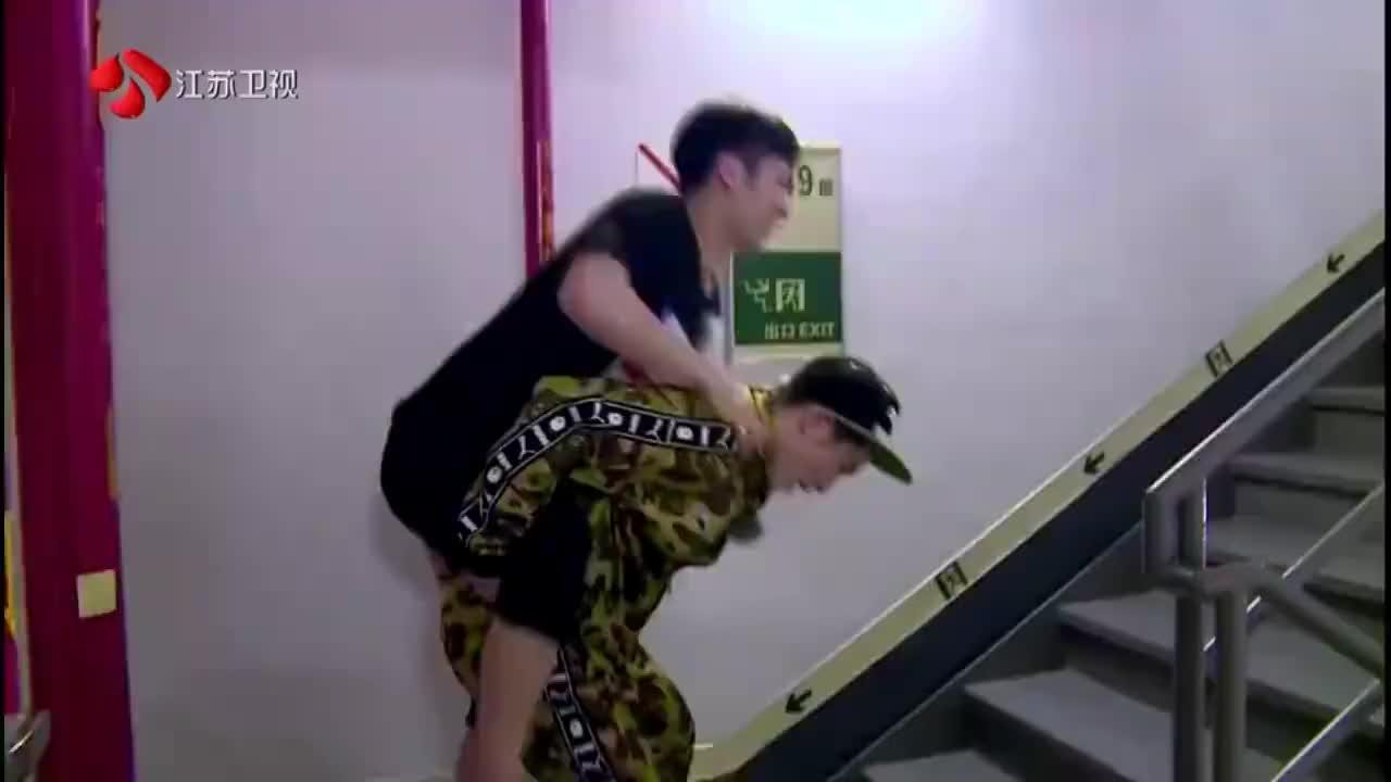 战斗吧:王嘉尔和萧敬腾互背,还爬楼梯,二傻兄弟!