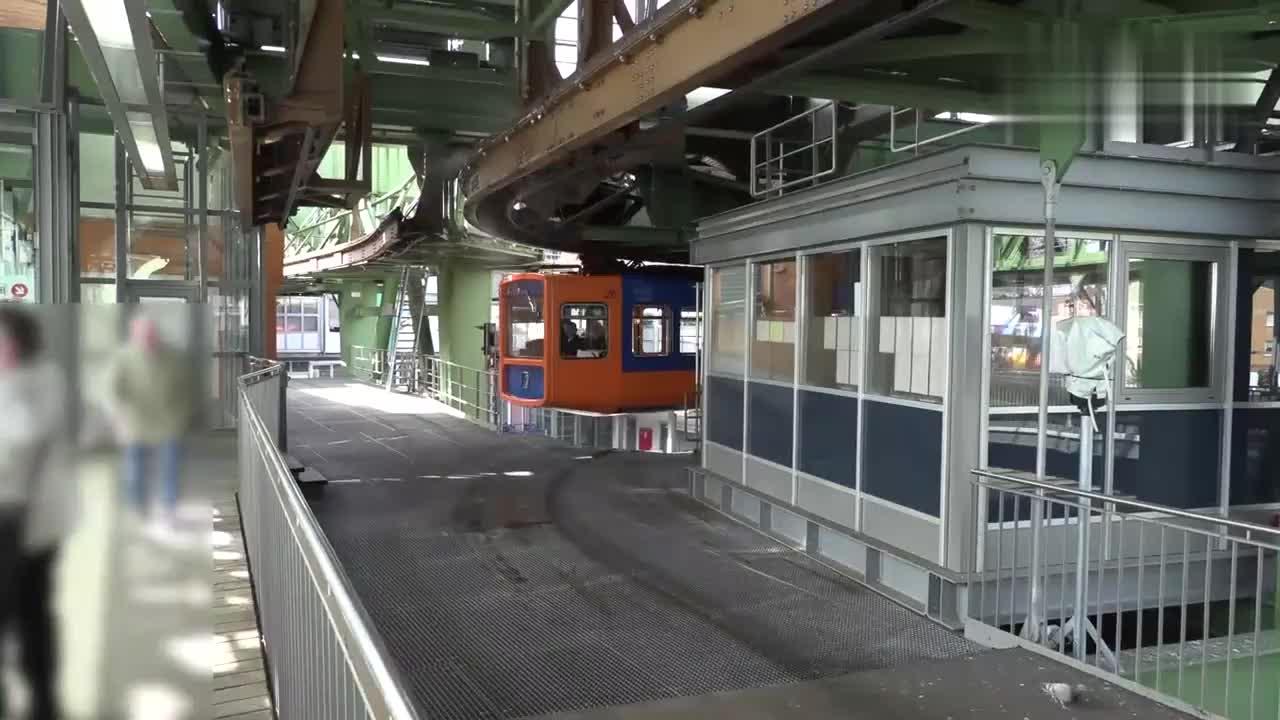 实拍德国列车,莫非是工程师图纸拿反了,居然能倒挂着运行
