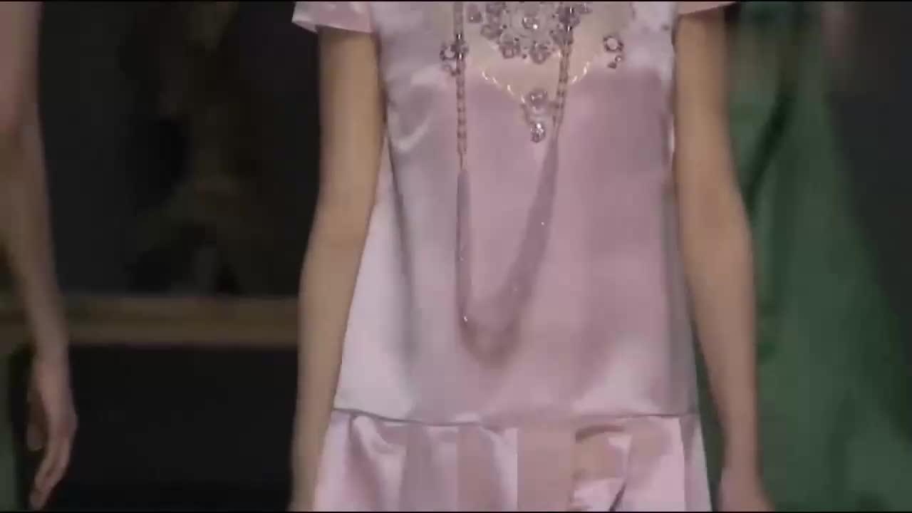 芭比粉色丝绸裙,淑女气质立马提升,展现少女的天真烂漫