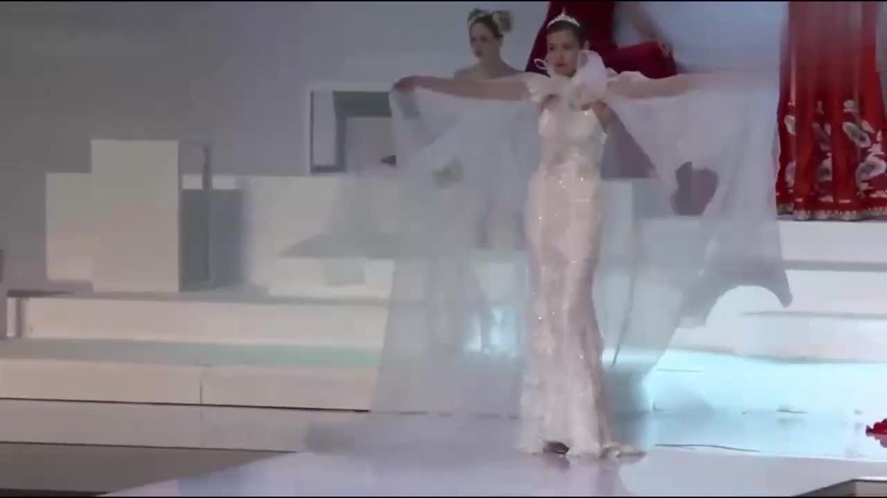 白色薄纱晚礼服搭配,精致王冠头饰和贵气披风,女王气势