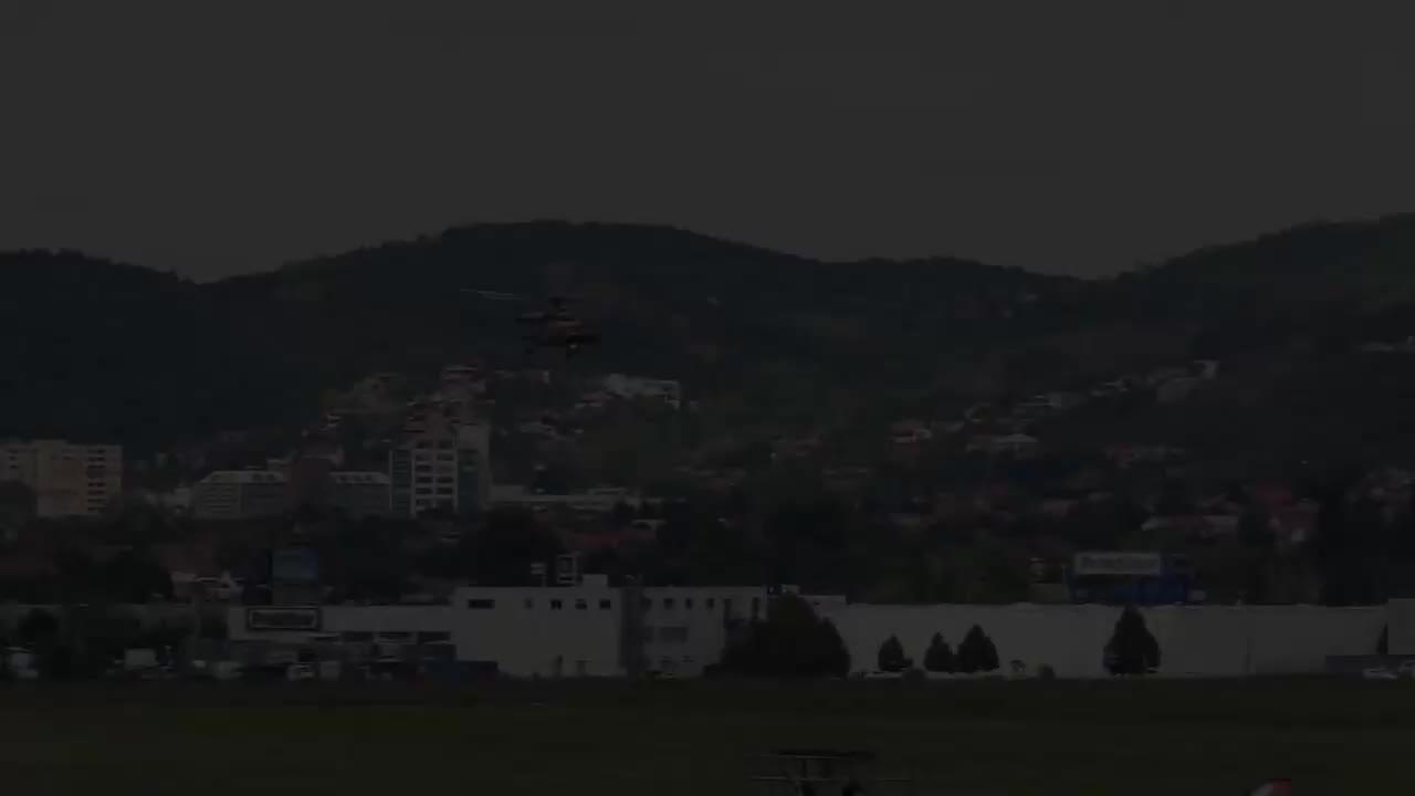 """小直径低空盘旋绰号""""河马""""的米-17直升机灵活机动飞行展示"""