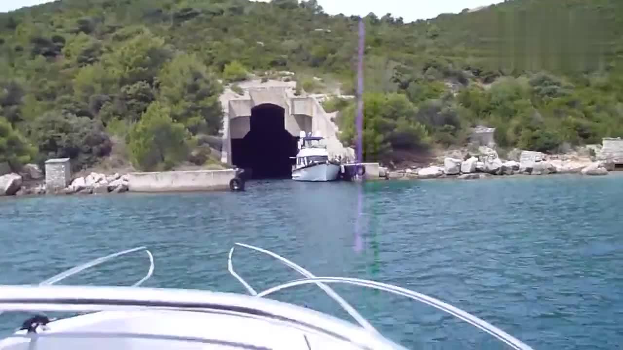 克罗地亚境内的海军潜艇洞库 游客洞内骑车失误落水