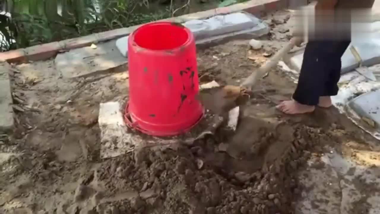 沙子堆成形状,再抹上水泥,一个凳子就做好了!