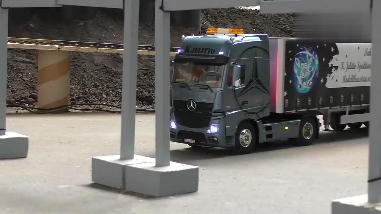 RC模型:奔驰大货车真霸气,如果没有看到脚我还以为是真车!