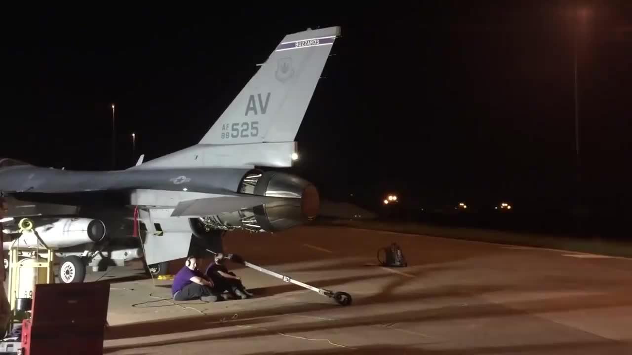 F-16 战斗机发动机火力全开画面