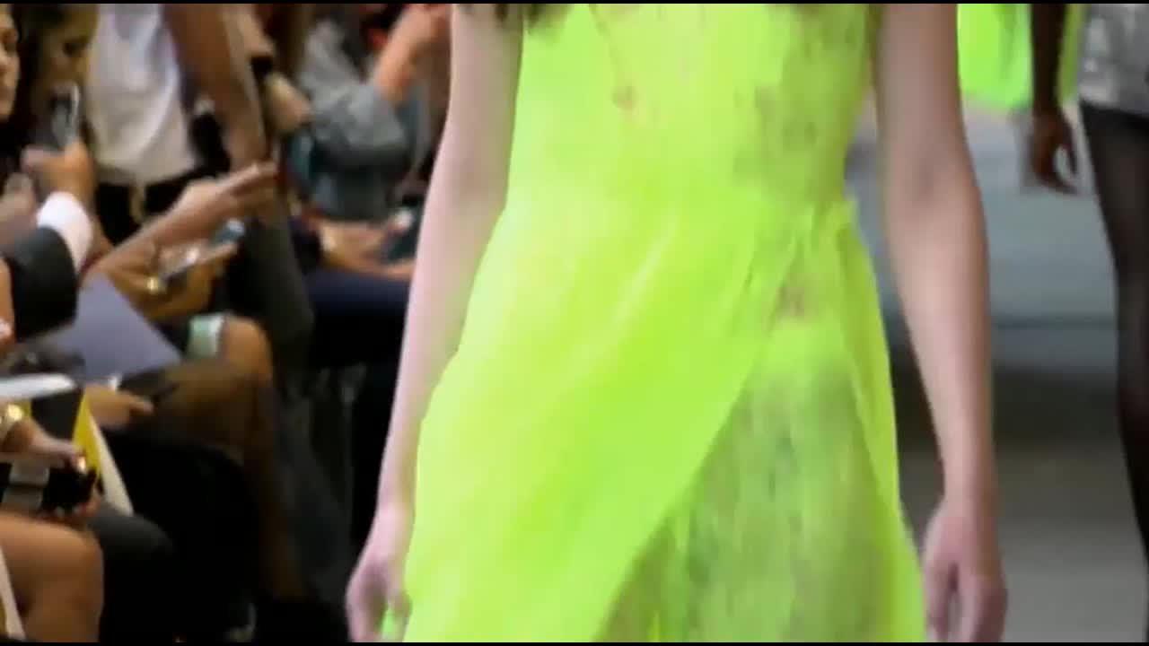 米兰2019春夏时装走秀, 女模特的网状花边裙, 颜色很亮