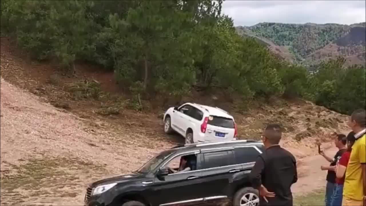 女司机在陡峭的山坡