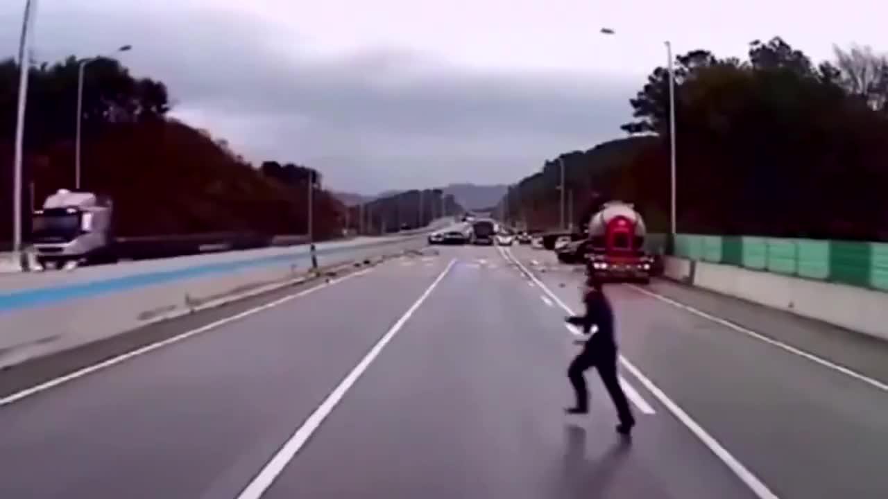 高速上神反应躲避连环车祸