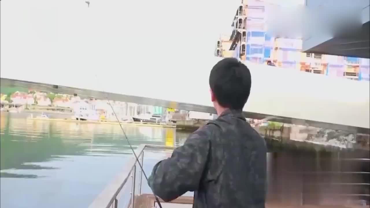 旅途的花样:花样团在漂浮屋准备做饭,华晨宇变身捕鱼达人