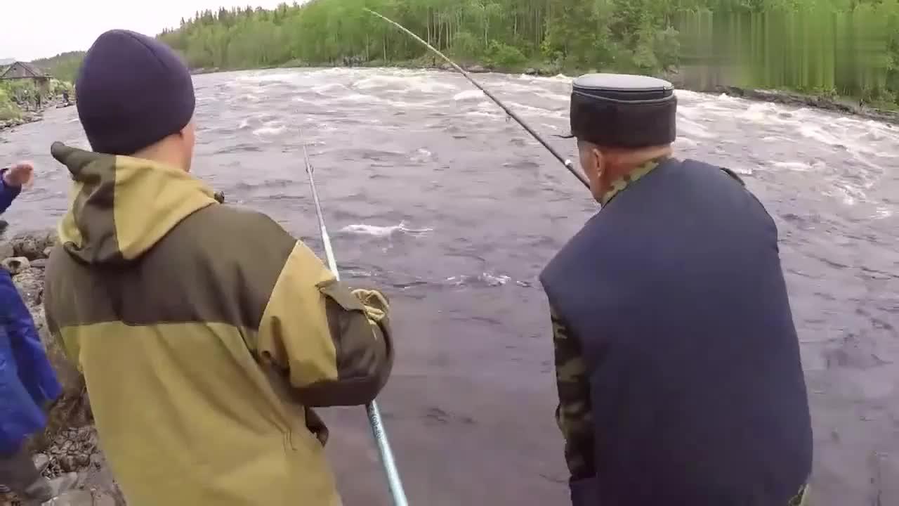 八旬老大爷头发都白了,还和年轻人一起钓鱼,真是钓友楷模!