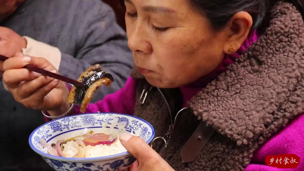 食叔嘴馋,做爆炒黄鳝下饭,8秒即出锅,脆嫩鲜香,把我看饿了