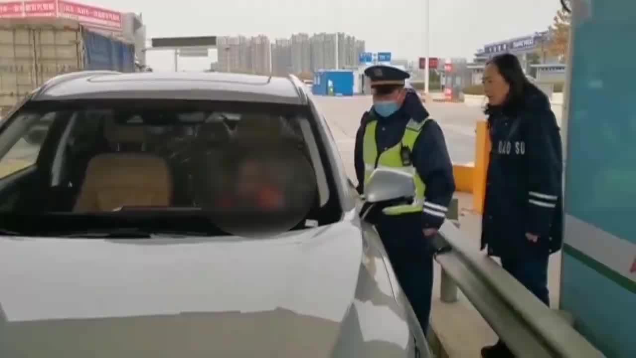 山东10岁男孩开车上高速 收费员立即拦截!4S店:车是偷的!