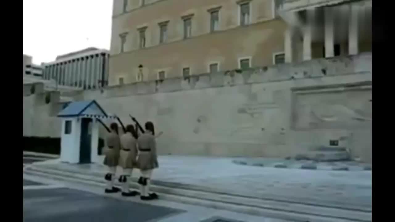 """希腊士兵礼仪演示,穿着""""踢踏鞋""""来个太空漫步"""