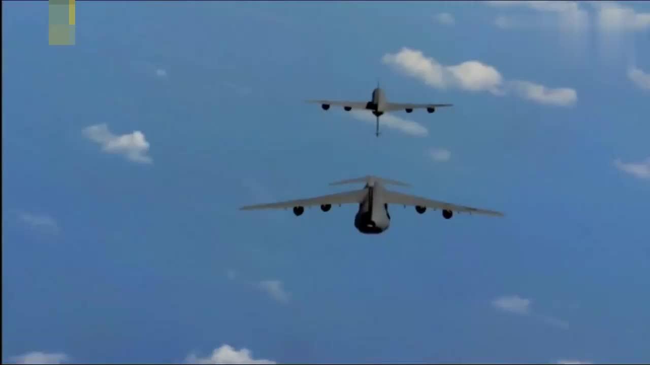 小飞机给大飞机空中加油,真是大开眼见