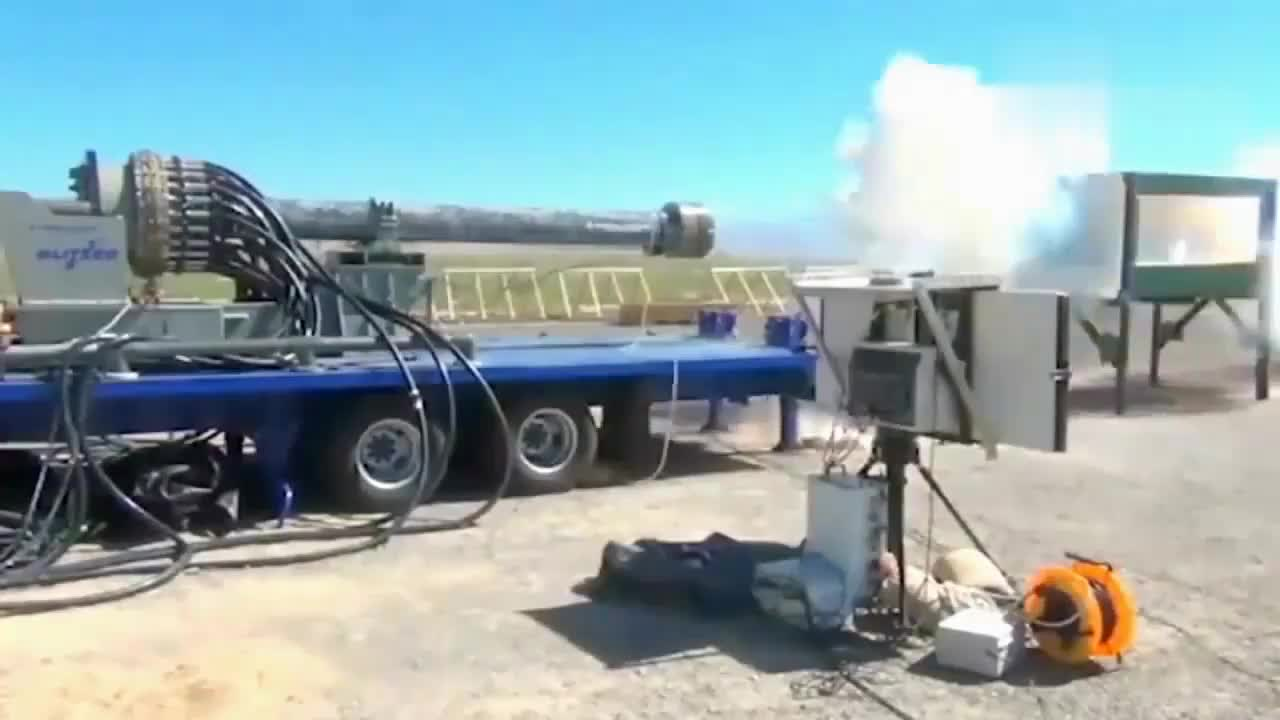 美海军电磁炮试射实拍:一炮轰碎装甲车