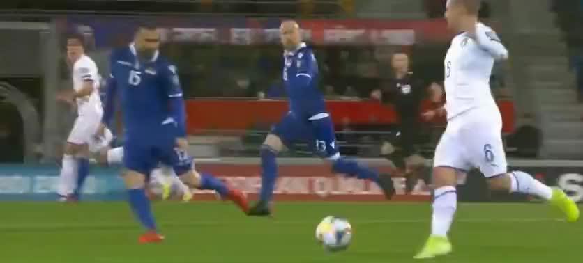 意大利队快速反击,贝尔纳德斯基推射破门
