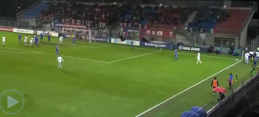 意大利队开出角球,贝洛蒂后点头球破门