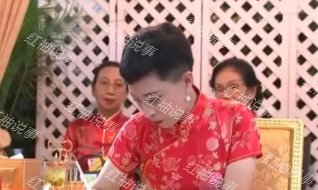短发配旗袍又美又飒,不愧是泰国皇家女上将
