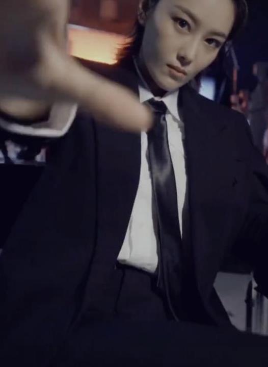 张馨予真是越来越帅了,用西装搭配自己,瞬间有一种男团C位感