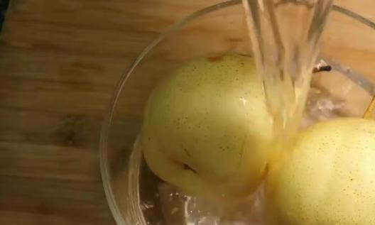 秋天多吃梨,蒸梨小贴士,孩子咳嗽好得快,回家多准备些梨吧