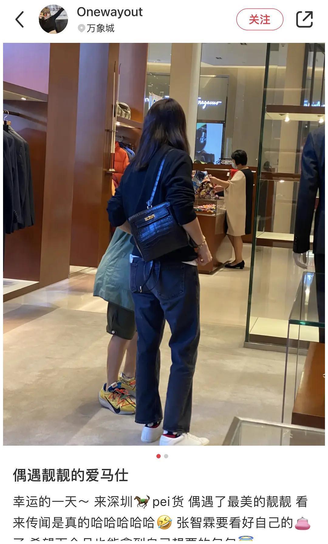 偶遇袁咏仪买包包,素颜打扮超随意,张智霖坐在椅子上笑得好勉强