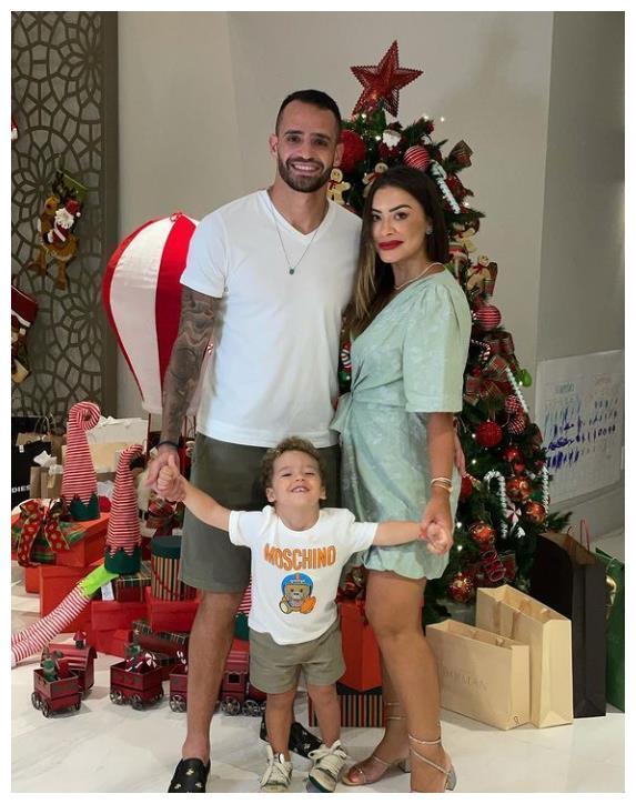 奥古斯托与家人共度圣诞节,球品和人品俱佳的巴西球员