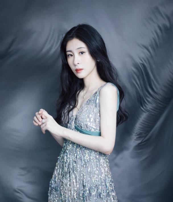 张碧晨太大胆,穿吊带亮片裙演绎高级性感,网友:女人味十足