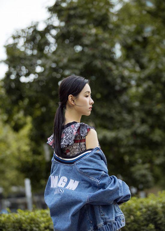 街拍清纯女神陈都灵,青春阳光有活力,元气满满!