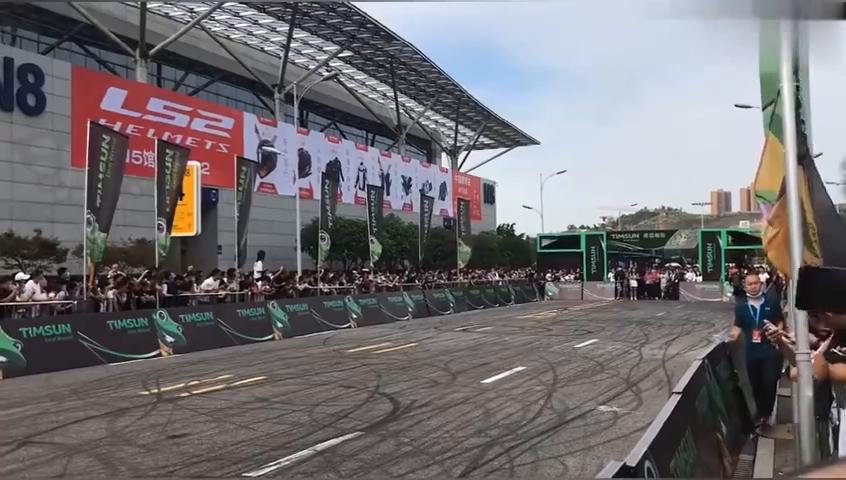重庆摩博会特技车手王美丽单人单车秀翻全场,越看越得劲