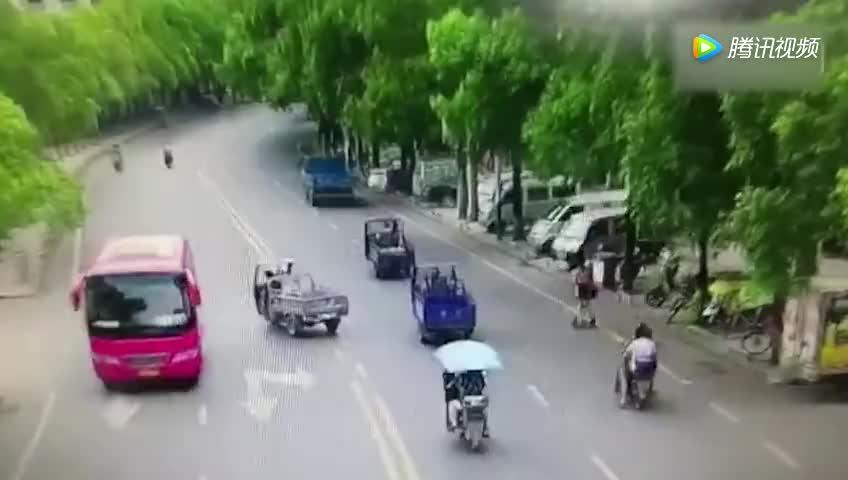 女子骑电动平衡车上班 失控被甩出头部受伤